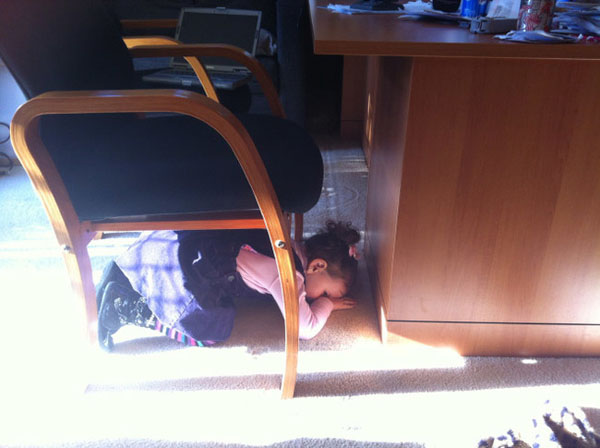 Pictures of kids who are bad at hide and seek. (17)