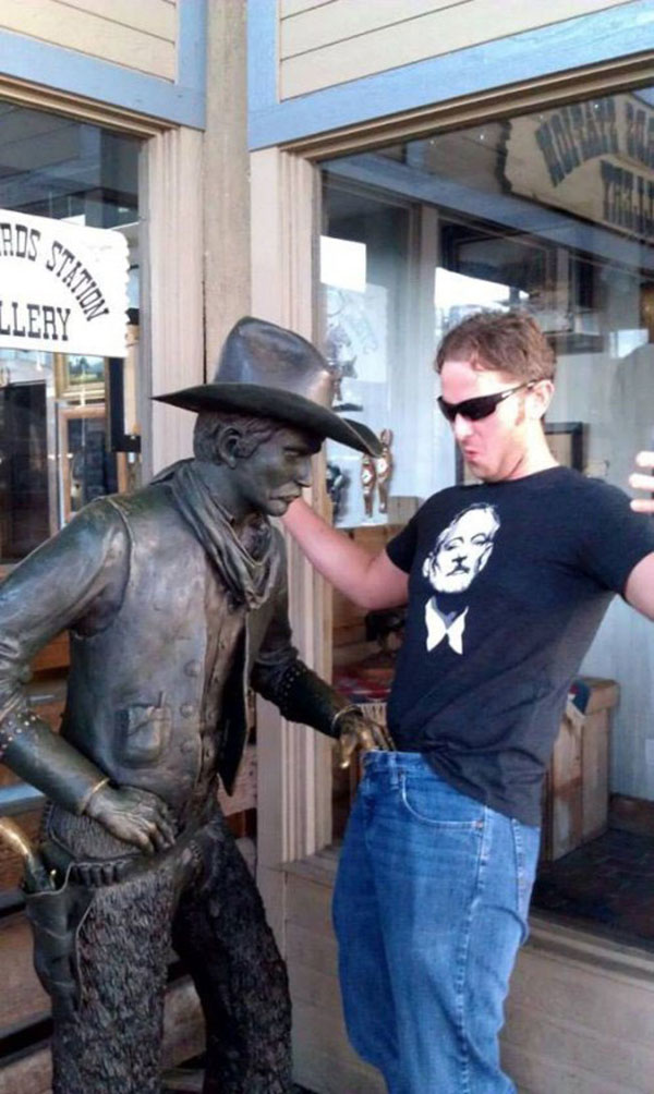 statues hitting people in funny photos. (31)