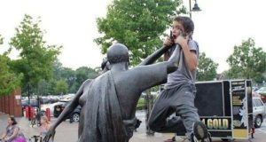 statues hitting people in funny photos. (1)