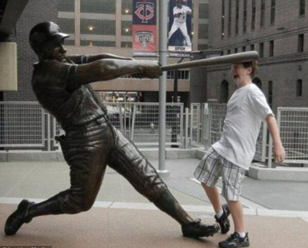 statues hitting people in funny photos. (25)