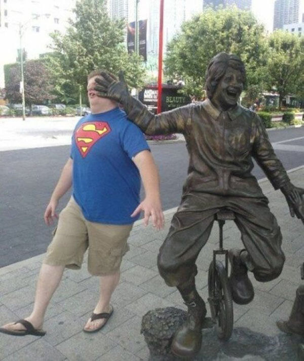 statues hitting people in funny photos. (24)