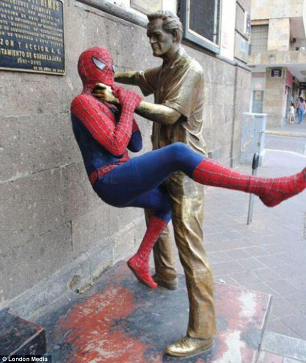 statues hitting people in funny photos. (22)