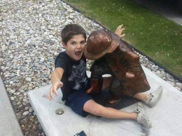 statues hitting people in funny photos. (20)