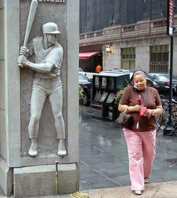 statues hitting people in funny photos. (18)