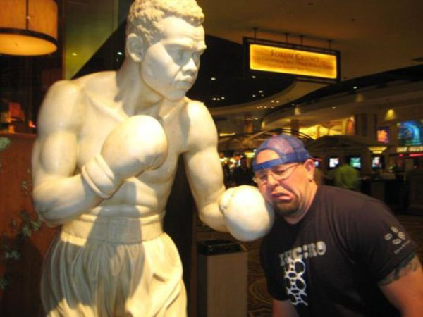 statues hitting people in funny photos. (17)