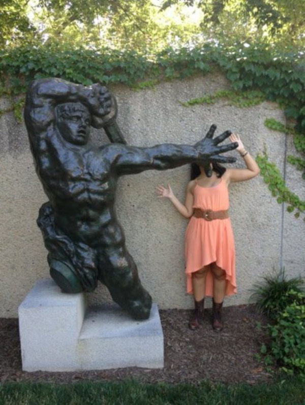 statues hitting people in funny photos. (15)