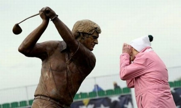 statues hitting people in funny photos. (13)