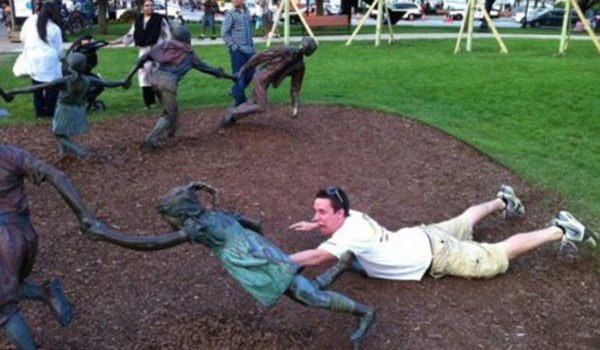 statues hitting people in funny photos. (12)