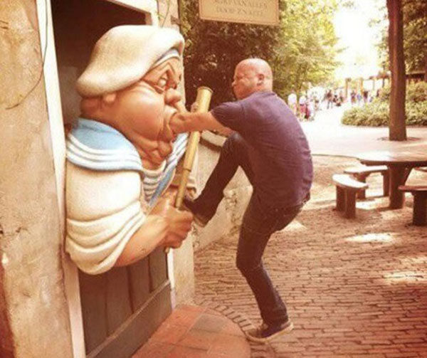 statues hitting people in funny photos. (11)