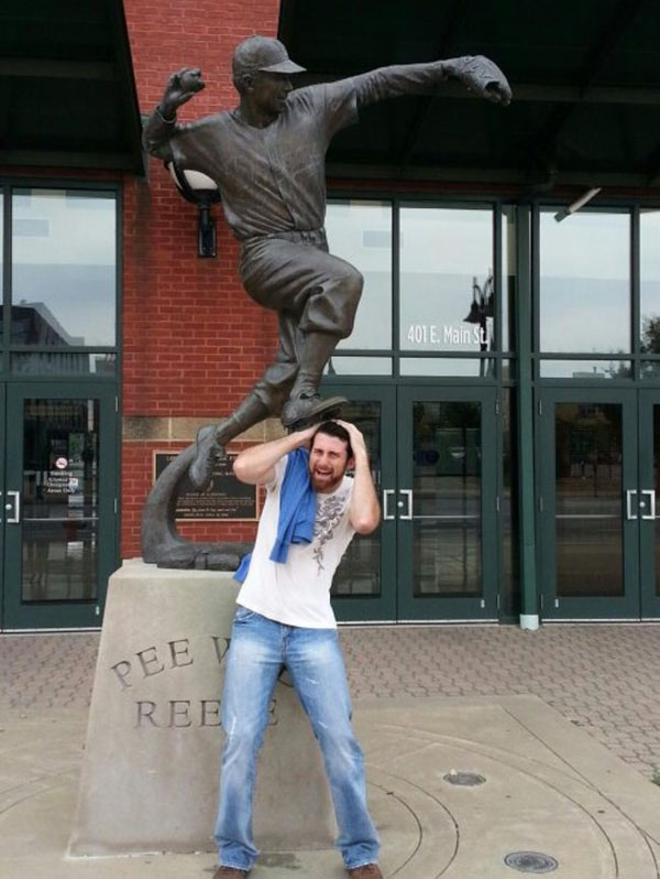 statues hitting people in funny photos. (9)
