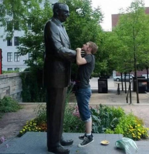 statues hitting people in funny photos. (8)