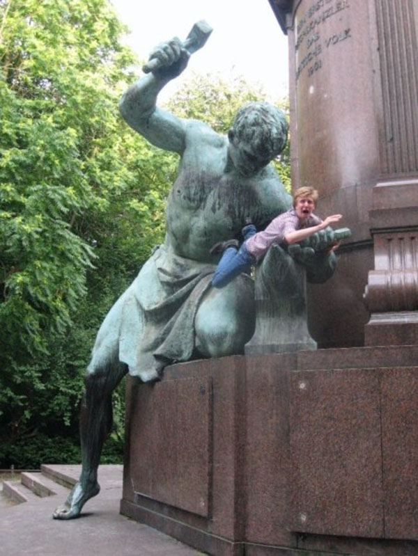 statues hitting people in funny photos. (7)