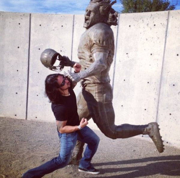 statues hitting people in funny photos. (6)