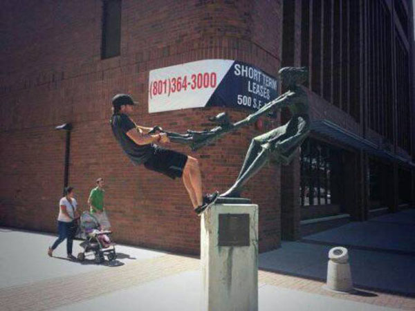 statues hitting people in funny photos. (5)