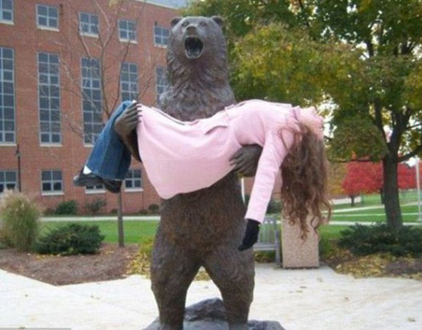 statues hitting people in funny photos. (4)