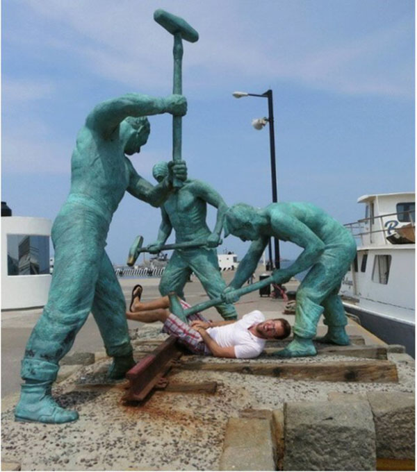 statues hitting people in funny photos. (2)