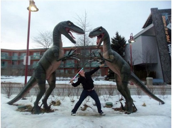 statues hitting people in funny photos. (30)