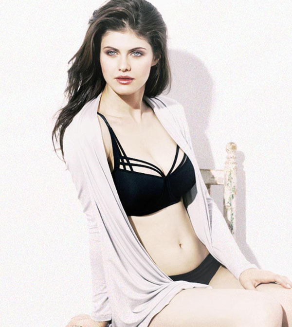 Alexandra Daddario sexiest pictures from her hottest photo shoots. (28)