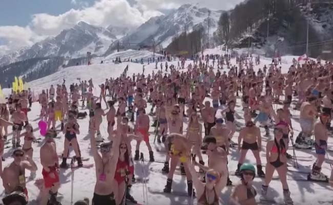 Skiers in bathing suits attempt world record in Russia. (1)