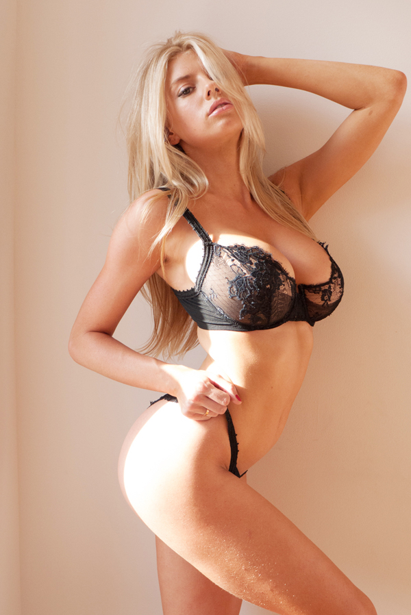 Charlotte McKinney sexiest pictures from her hottest photo shoots. (39)