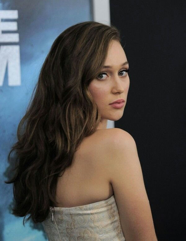 Alycia Debnam-Carey sexiest pictures from her hottest photo shoots. (19)