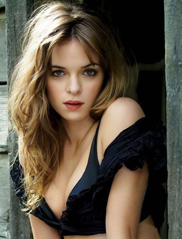 Danielle Panabaker sexiest pictures from her hottest photo shoots. (2)