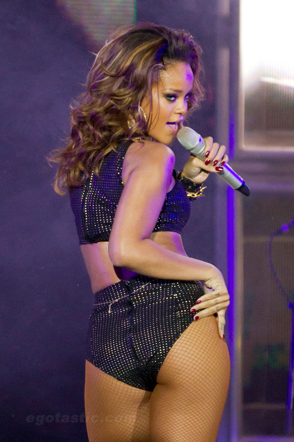 Rihanna sexiest pictures from her hottest photo shoots. (33)