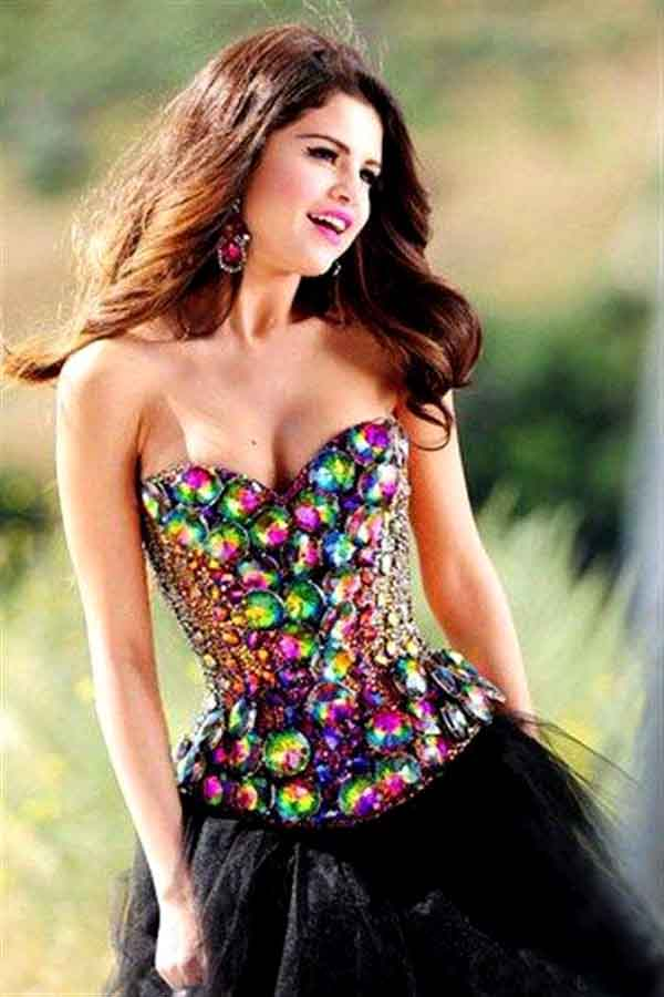 Selena Gomez sexiest pictures from her hottest photo shoots. (17)