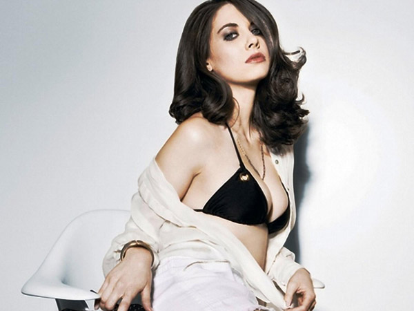 Alison Brie's sexiest pictures from her hottest photo shoots. (23)