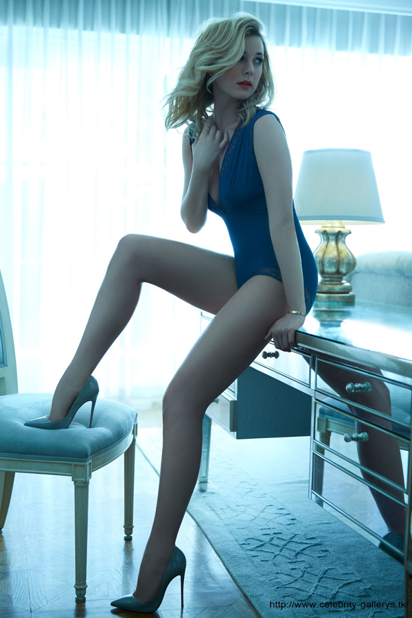 Emily VanCamp sexiest pictures from her hottest photo shoots. (24)
