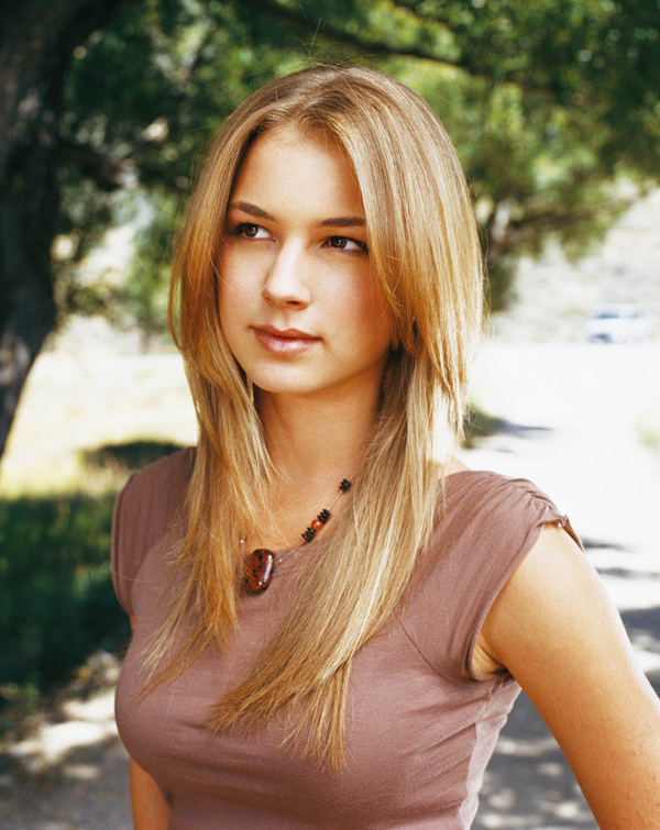 Emily VanCamp sexiest pictures from her hottest photo shoots. (3)