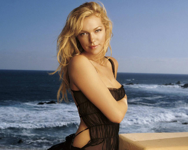 Laura Prepon sexiest pictures from her hottest photo shoots. (4)