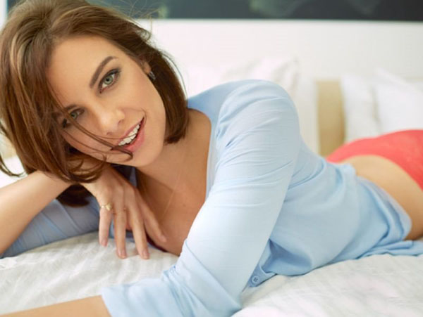 Lauren Cohan sexiest pictures from her hottest photo shoots. (9)