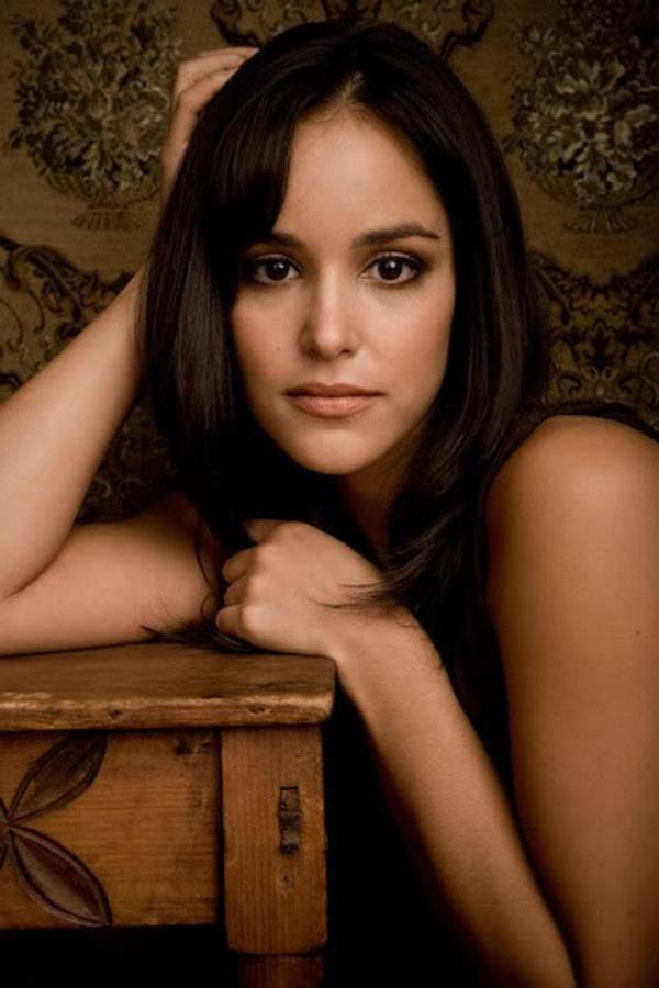 Melissa Fumero sexiest pictures from her hottest photo shoots. (12)