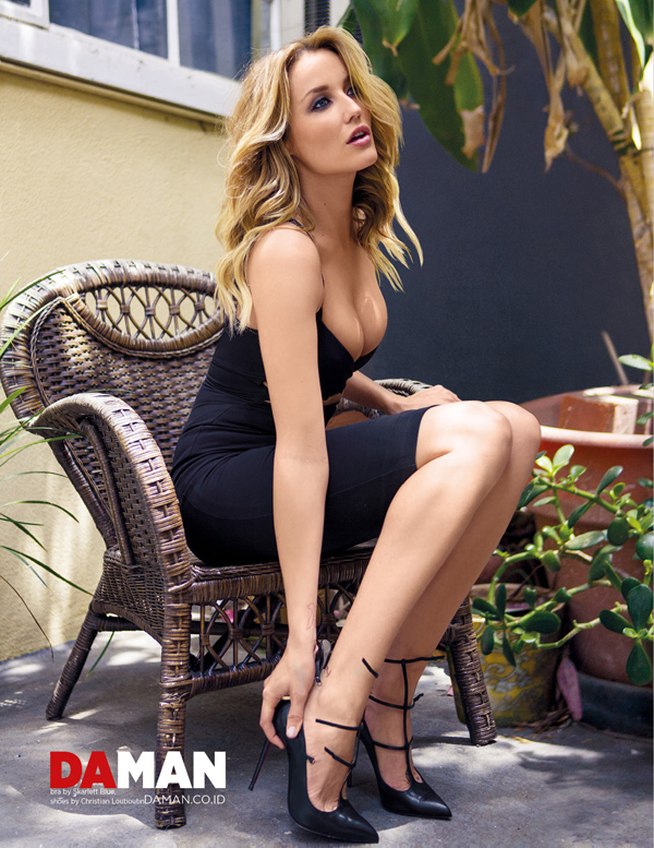 Sarah Dumont sexiest pictures from her hottest photo shoots. (24)