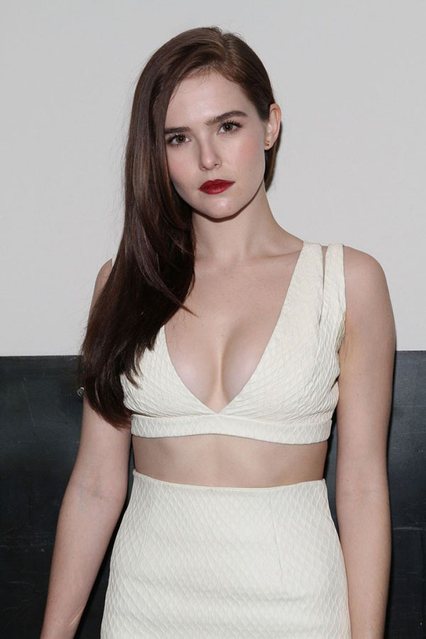 Boobs zoey deutch nude