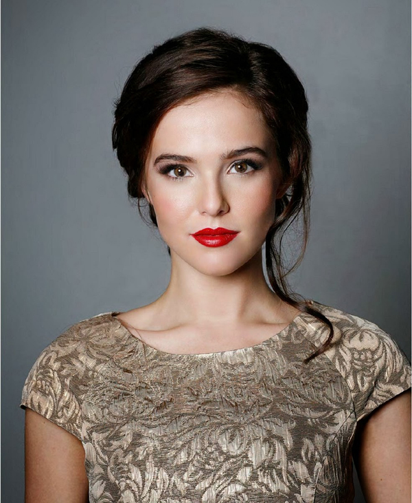 Zoey Deutch sexiest pictures from her hottest photo shoots. (8)