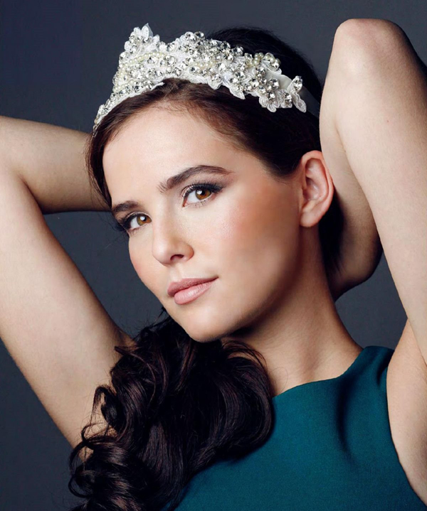 Zoey Deutch sexiest pictures from her hottest photo shoots. (1)