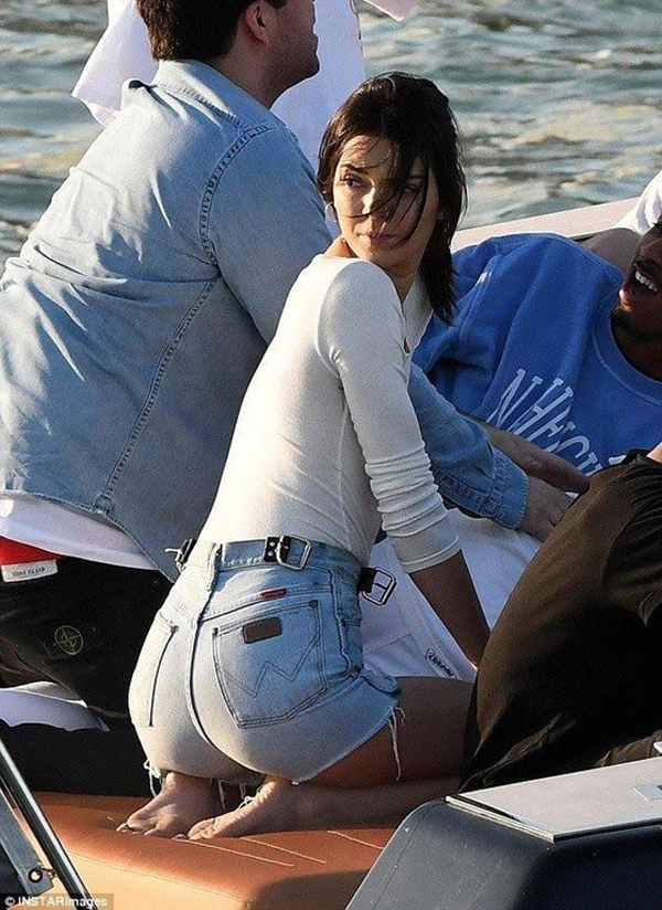 Kendall Jenner sexiest pictures from her hottest photo shoots. (11)