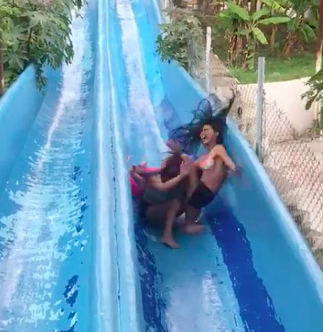 Two Girls Stuck on Waterslide And Get Annihilated by Third Person (Video.) (3)